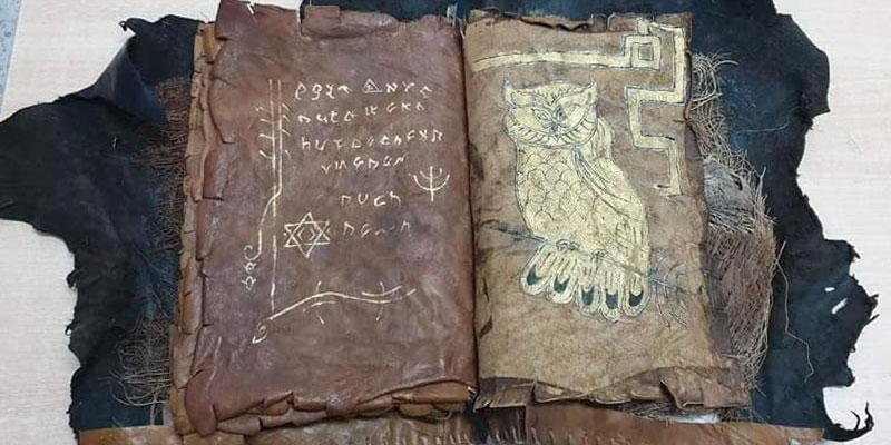 Photos : Saisi d'un manuscrit ancien avec des symboles hébreux