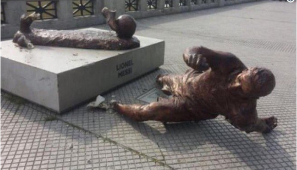 تحطيم تمثال ليونيل ميسي في الأرجنتين