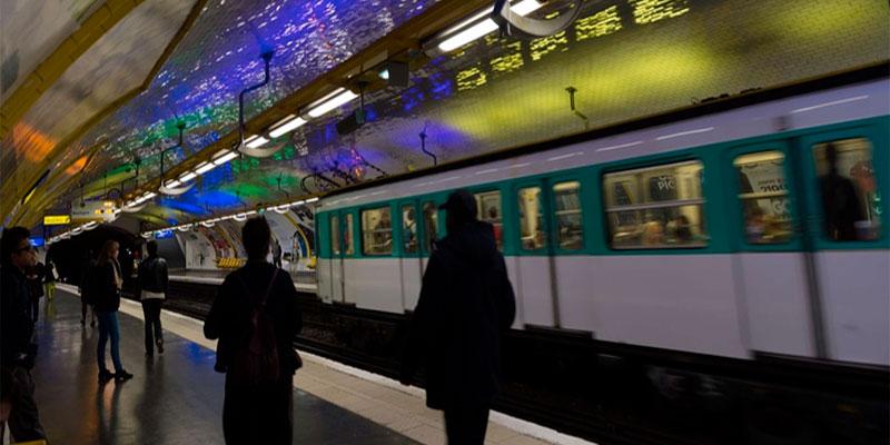 Attaque à l'acide dans le métro à Paris, un jeune homme gravement blessé