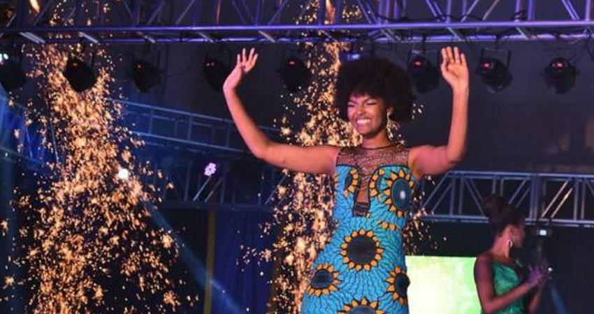 بالفيديو.. اشتعال النيران بملكة جمال إفريقيا أثناء تتويجها باللقب