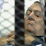 صورة إعلامية كويتية تقبل رأس مبارك تثير ضجة على صفحات التواصل الاجتماعي