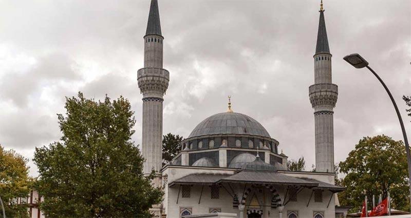 المغرب وتركيا يعلقان الصلاة في المساجد لاحتواء كورونا