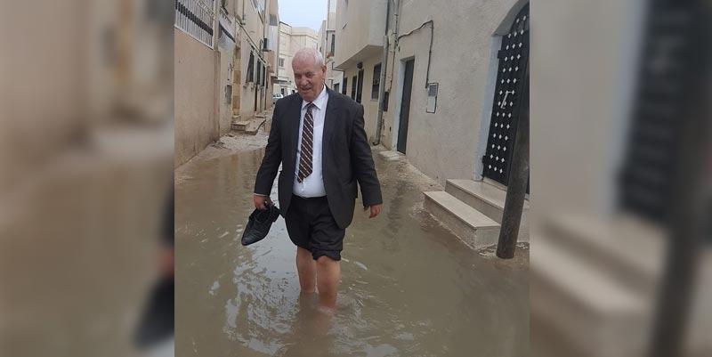 عفوية أم شعبوية.. النائب مصطفى بن أحمد ينشر صورته وسط مياه الأمطار