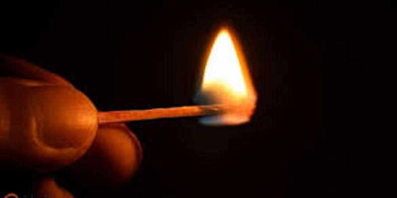 الرقاب: اعتديا عليه بمنزله ثمّ شدّا وثاقه وأشعلا النار