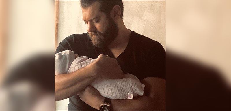عمرو يوسف وكندة علوش يحتفلان بمولودتهما الأولى... وهذا هو اسمها