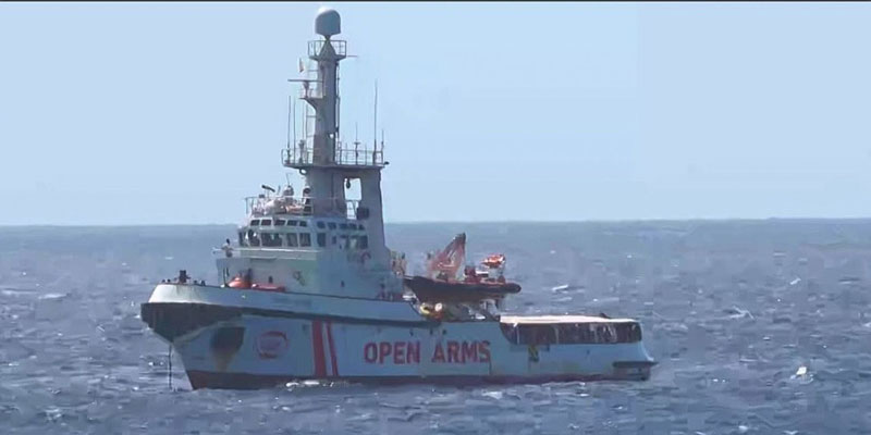 Le navire Open Arms bloqué face à Lampedusa, malgré un accord de l'UE