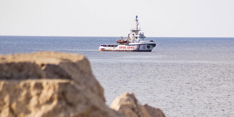 Open Arms, des migrants désespérés se jettent à l'eau