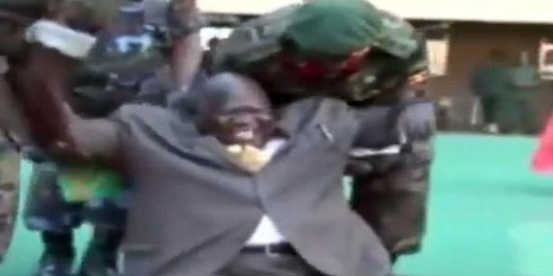 بالفيديو: وزير الرياضة الأوغندي يتعرض لموقف محرج عند ركله للكرة
