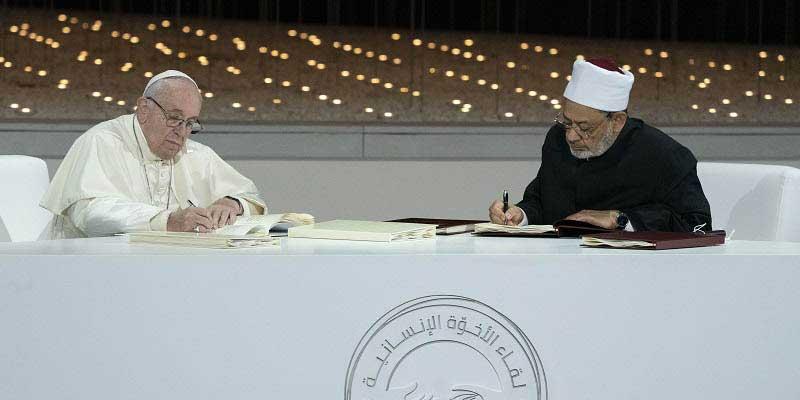 Le pape François et le grand imam d'Al Azhar signent une déclaration historique à Abu Dhabi pour promouvoir la paix et le vivre ensemble