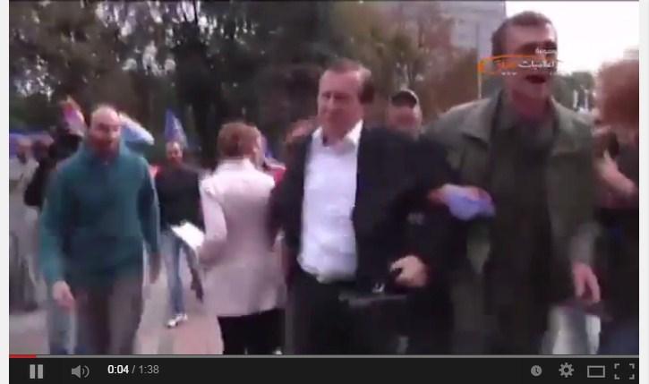 بالفيديو: مواطنون يلقون بنائب في صندوق القمامة