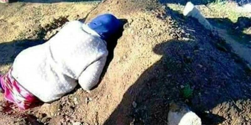 بعد حادث تحطم الطائرةالعسكرية، صورة مؤثرة لأم جزائرية تحتضن قبر ابنها