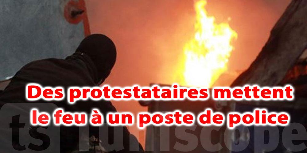 Des protestataires mettent le feu à un poste de police