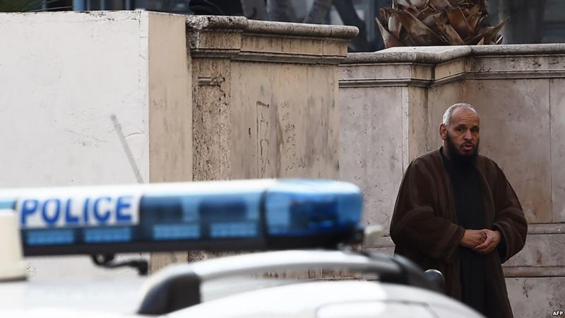 فرنسا تطرد إمام مسجد إلى الجزائر
