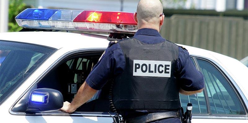 ''شرطي مزيف'' يجبر رجلين على تقبيل قدمي امرأة