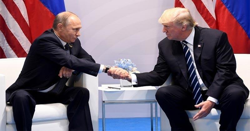 بالصور.. طرد صحفي من مؤتمر ترامب وبوتن.. فما السبب؟