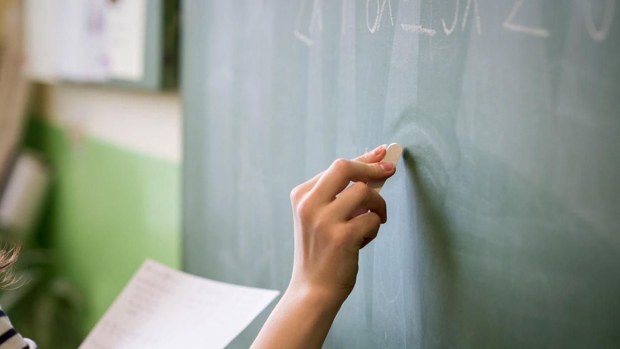 La suppression des autorisations de travail des enseignants du secteur public dans le privé reportée