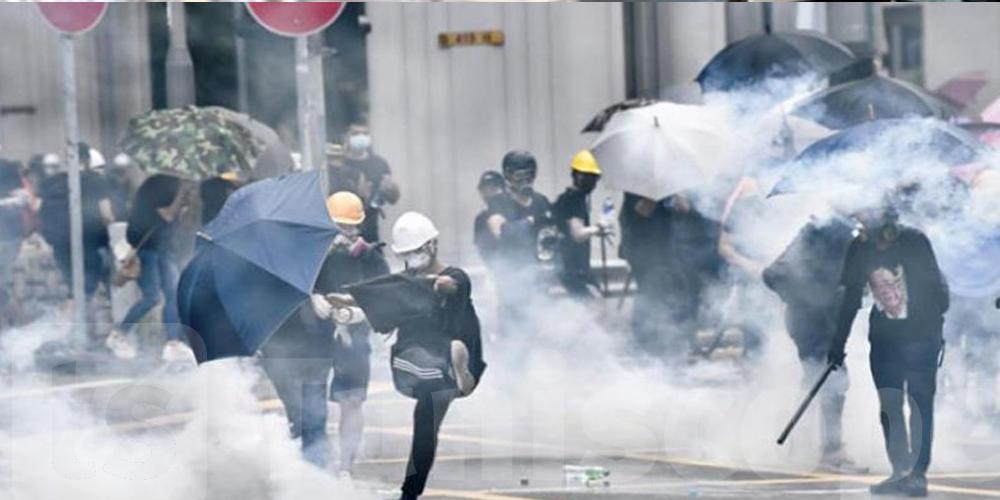 عاجل: الشرطة تطلق الغاز المسيل للدموع لتفريق محتجين
