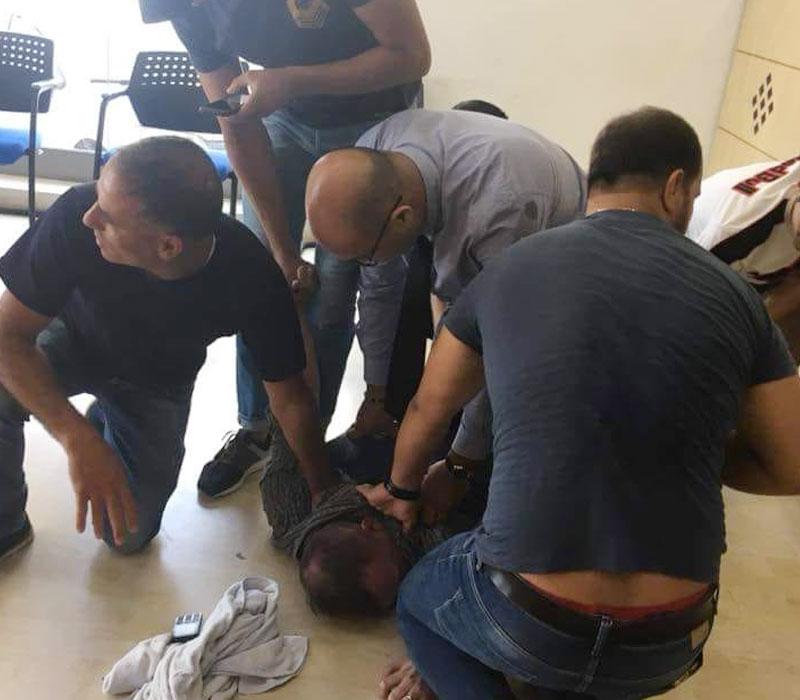 Photo du jour : Le braqueur américain de la banque tabassé et mis à terre