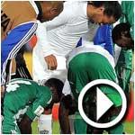 بالفيديو : لاعبو الرجاء ينزعون حذاء رونالدينهو رغم أنفه لتخليد ذكرى إنجاز الكرة العربية