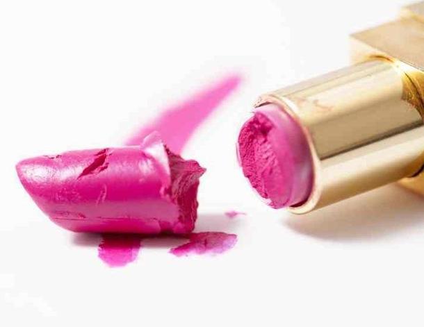 Voici une astuce pour réparer votre rouge à lèvres cassé