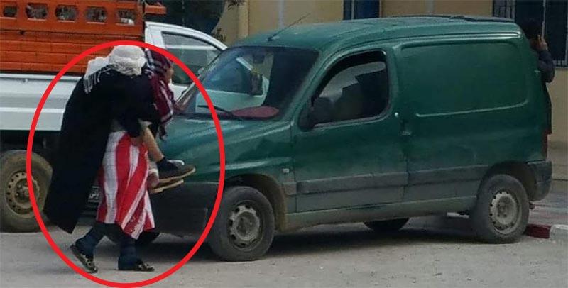 صورة اليوم: امرأة عجوز تحمل مسنا على ظهرها تكتسح الفيسبوك