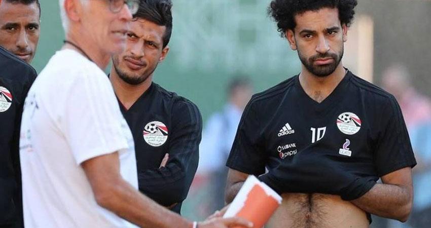 بالصور..الحزن يخيم على 'صلاح' في مران المنتخب المصري