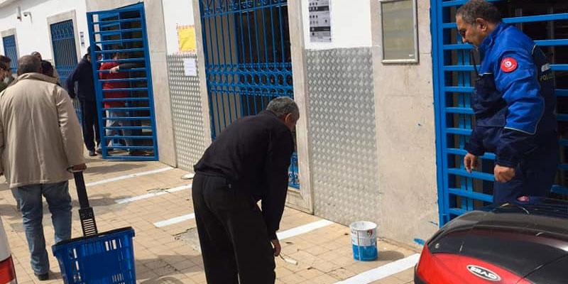 En photos : La municipalité de Sidi Bou Said trace les sols devant les magasins