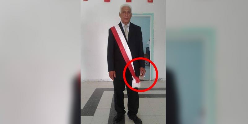 أثارت جدلا وسخرية: رئيس بلدية هبيرة في صورة رسمية و بيده ''سيجارة ''