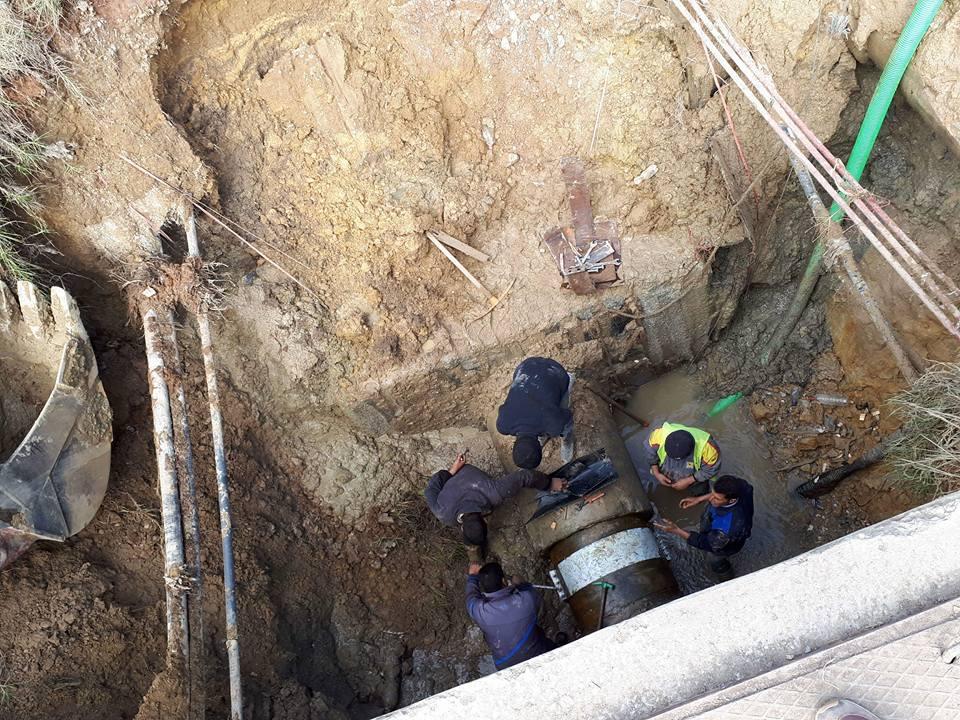بالصور : هذا مصدر العطب الذي طرأ على قناة توزيع المياه