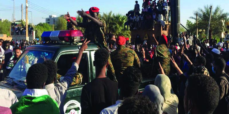 مسؤول عسكري سوداني: البشير طرح قبل خلعه قتل ثلث المتظاهرين لحسم الغضب الشعبي