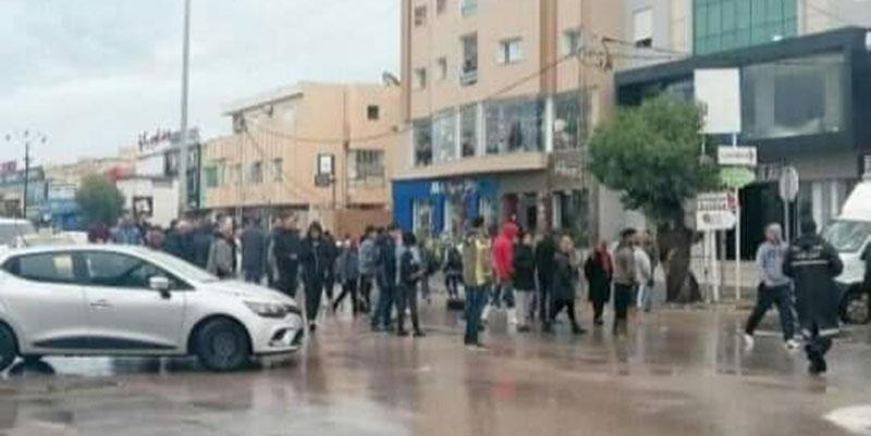 En photos : Des protestataires bloquent la route de la Soukra à cause des inondations