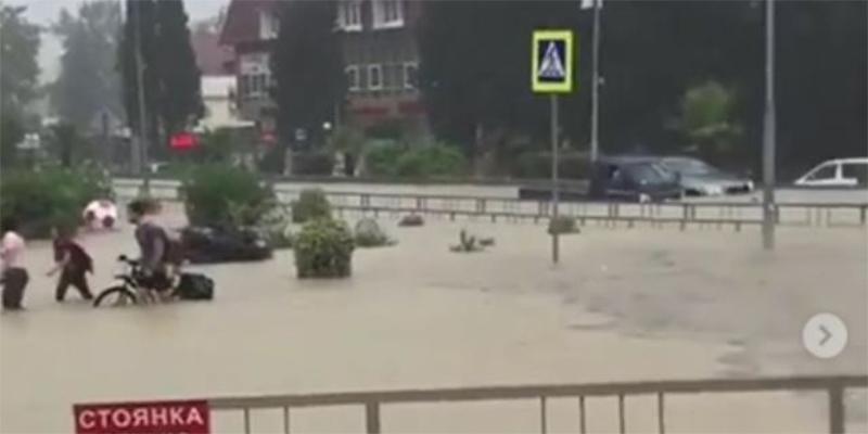الأمطار تغرق مدينة سوتشي الروسية قبيل مباراة روسيا وكراوتيا