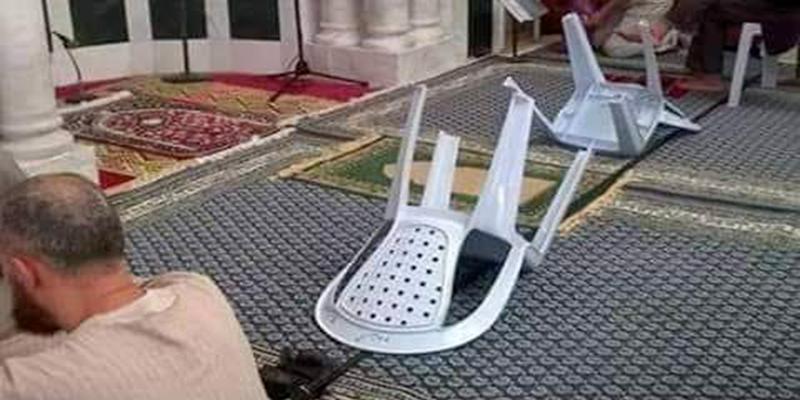 Image du jour : les premiers rangs à la mosquée sur réservation !