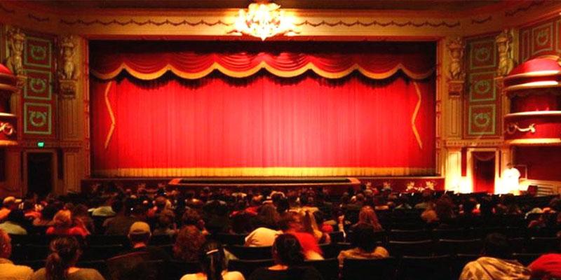وفاة فنان عربي خلال تكريمه على المسرح