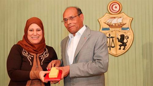 المنصف المرزوقي يوسم النواب بالصنف الرابع من وسام الاستحقاق الوطني