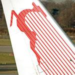 Marginalisés, les techniciens de Tunisair portent le brassard rouge signe de protestation