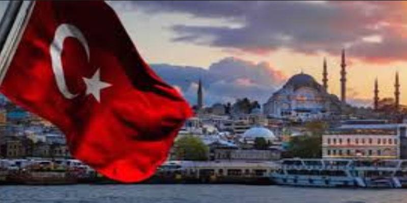 تركيا: السياح يغزون المتاجر العالمية بعد تواصل انهيار الليرة المحلية