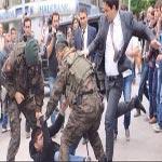 غضب بعد صورة 'مستشار مفترض لإردوغان' وهو يركل محتجا