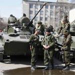 ناقلات جند ترفع علم روسيا تدخل بلدة في شرق أوكرانيا