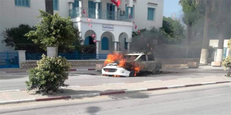 Le feu ravage un véhicule de la police en arrêt