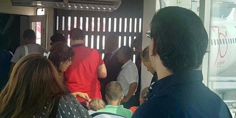 صورة: يوسف الشاهد وزوجته في إنتظار لصعود طائرة