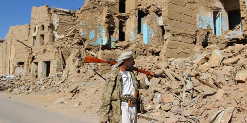 نجاة نائب وزير الداخلية اليمني ومسؤولين حكوميين وعسكريين من قصف للحوثيين