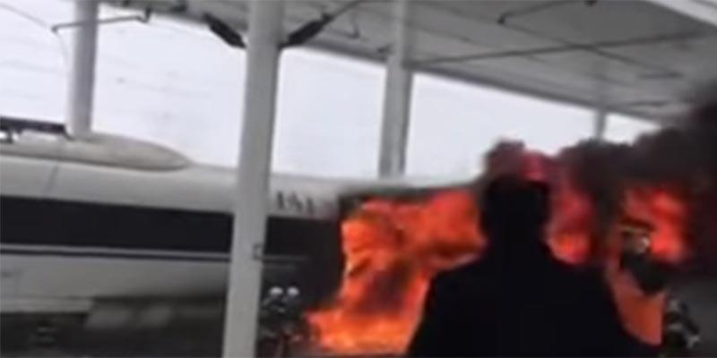 بالفيديو : حريق ضخم بقطار سريع في الصين