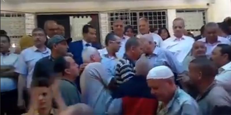 بالفيديو : سكان مدينة المكنين يستقبلون رئيس البلدية الجديد بالطّبل ويتسابقون لتقبيله ذابحين له خروفا
