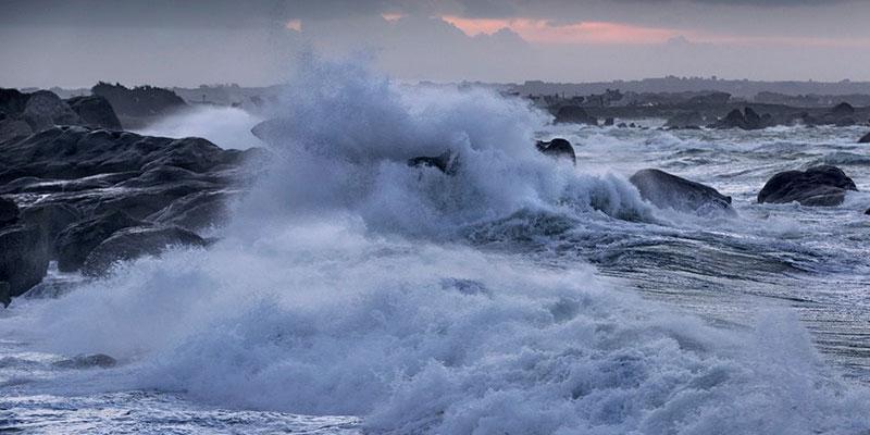 بالفيديو، رياح قوية وبحر شديد الهيجان وأمواج يتجاوز ارتفاعها 6 أمتار